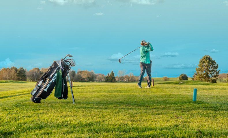 ゴルフ 一人 で ゴルフコースは一人で回れる?初心者が一人ゴルフを楽しむ方法